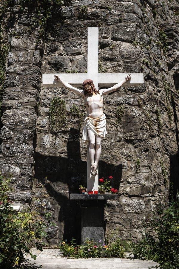 Croce contro la parete della roccia fotografia stock libera da diritti