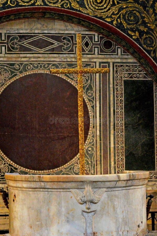Croce d'oro al battistero di Neon Ravenna fotografia stock libera da diritti