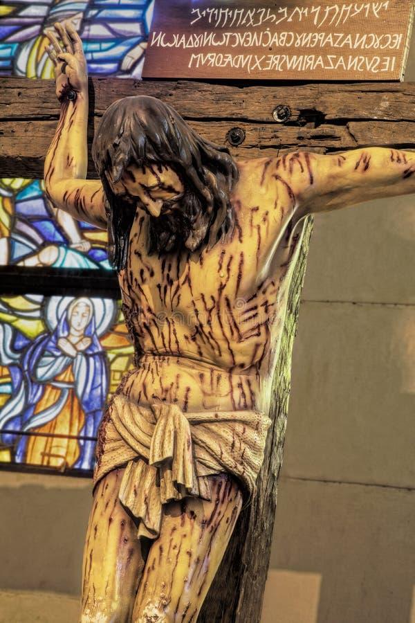 Croce di legno a grandezza naturale alla cattedrale di Manila, Filippine fotografie stock