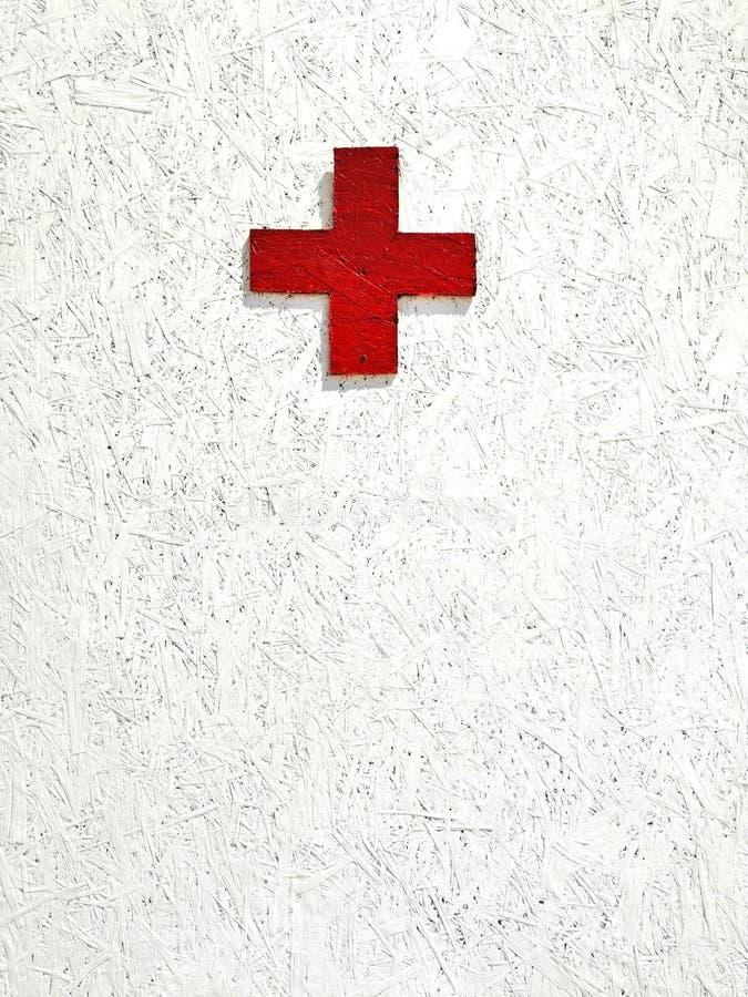 Croce rossa su una priorit? bassa bianca immagine stock