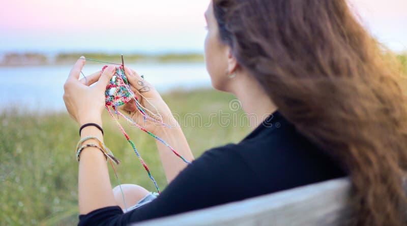 Crochê da mulher pelo lago foto de stock