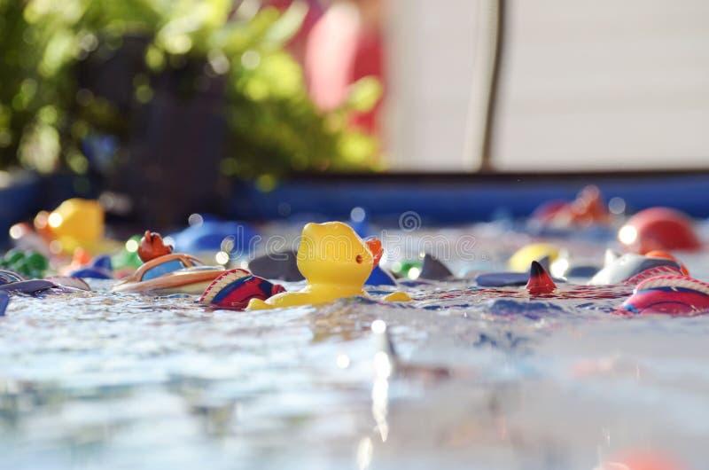 Crochet abstrait un jeu de canard à la foire | petit enfant de perspective image libre de droits