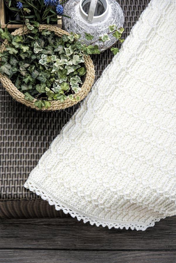 Crochet, couverture de bébé de Knit de câble en crème image stock
