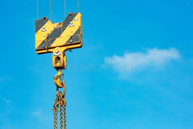 Crochet de charge de grue contre le ciel avec les traînées et la chaîne images libres de droits