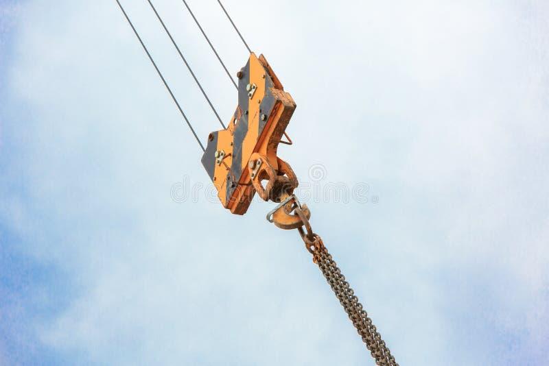 Crochet de charge de grue contre le ciel avec les traînées et la chaîne photo libre de droits