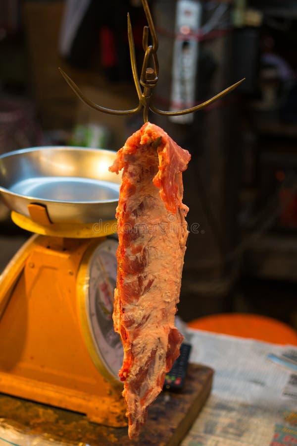 Crochet de fer de Brown sur le marché accrocher de la cuisine d'objet outils pointus pour la viande rare rouge de boeuf avec les  image stock