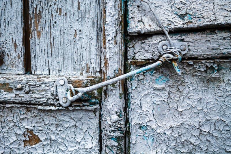 Crochet de fer sur une vieille porte en bois photographie stock
