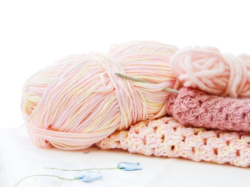Crochet e filato nel colore rosa fotografie stock libere da diritti
