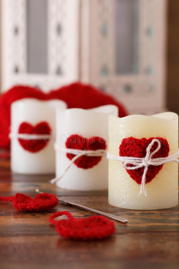 Crochet fait main pour la Saint-Valentin de saint : coeur rouge pour la bougie photos stock