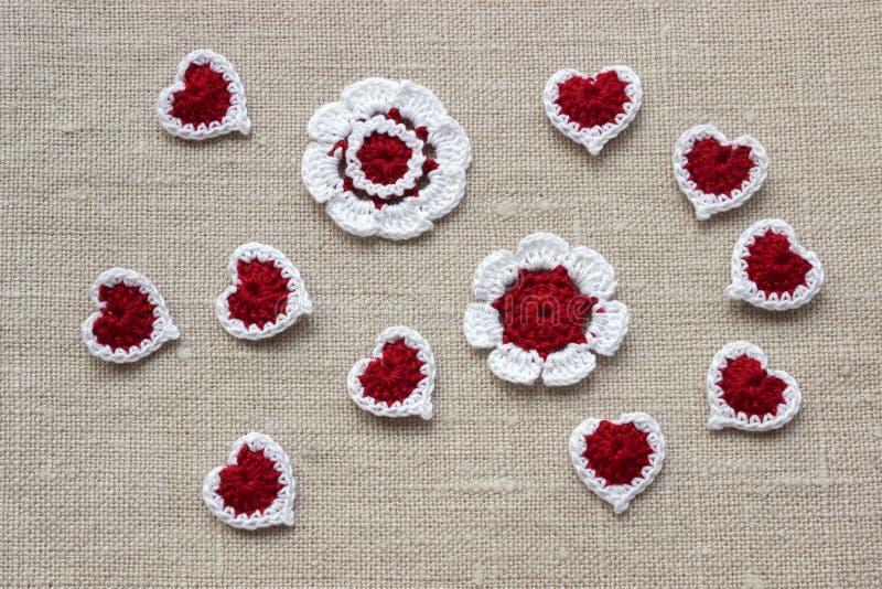 Crochet fez malha flores e corações para o dia de Valentim fotos de stock