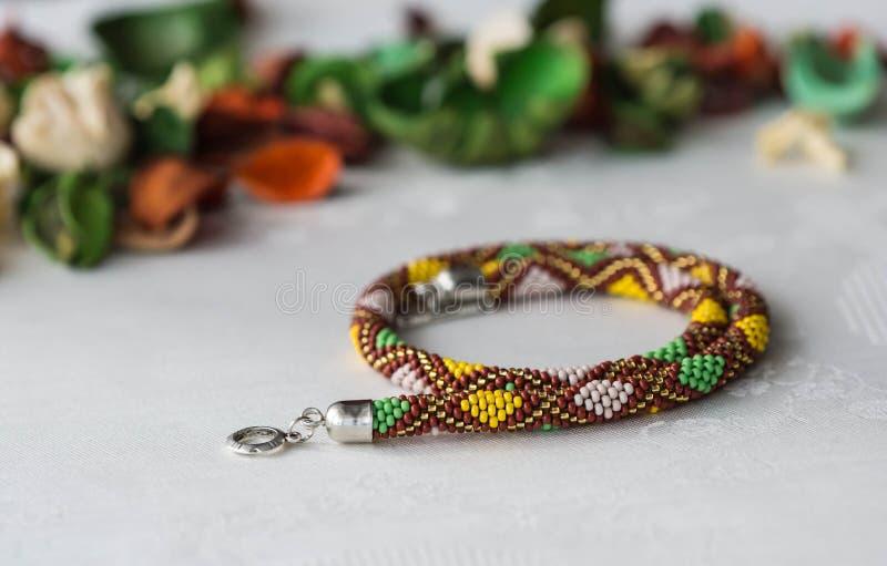 Crochet perlou a colar com teste padrão do rombo foto de stock