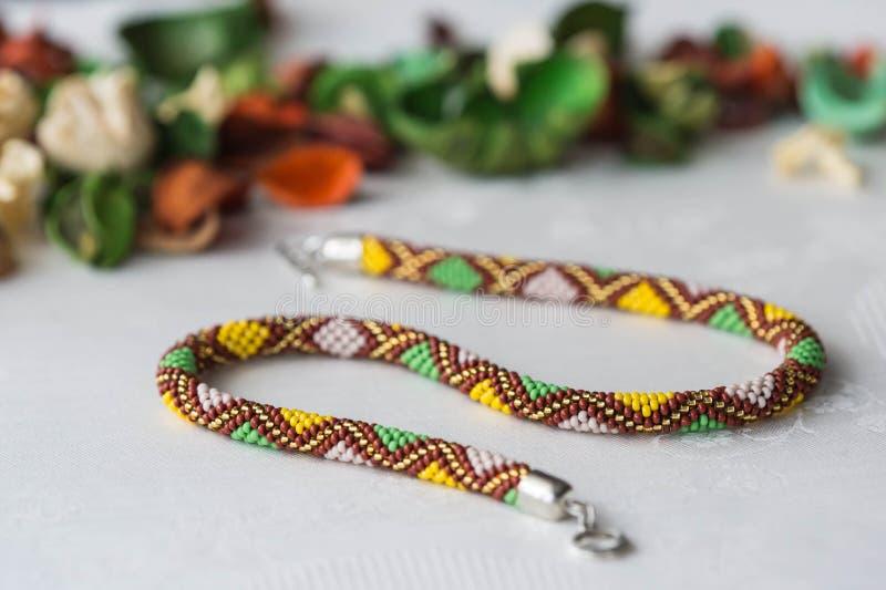 Crochet perlou a colar com teste padrão do rombo fotos de stock royalty free