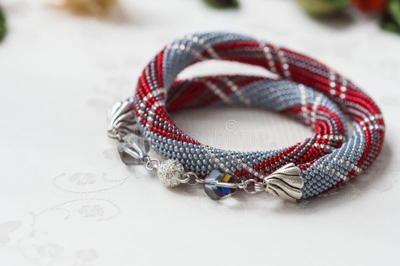 Crochet perlou a colar com um teste padrão fotografia de stock