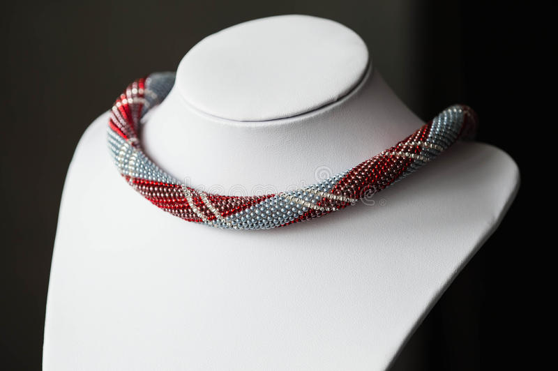 Crochet perlou a colar com um teste padrão fotos de stock royalty free