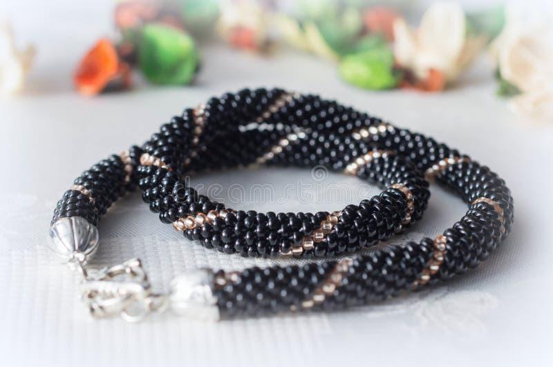 Crochet perlou a colar dos grânulos do preto e da cor do ouro fotos de stock royalty free