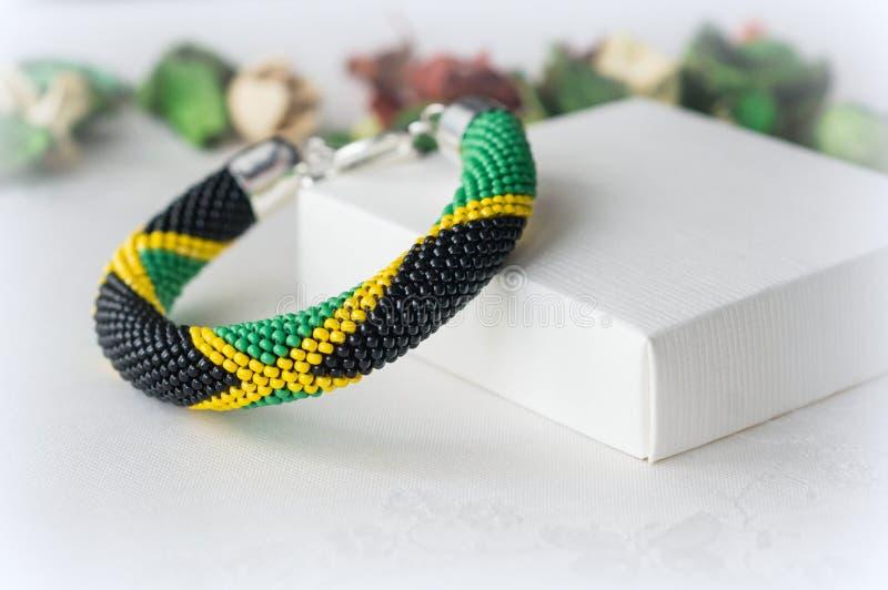 Crochet perlou o bracelete da cor verde, amarela e preta imagens de stock royalty free