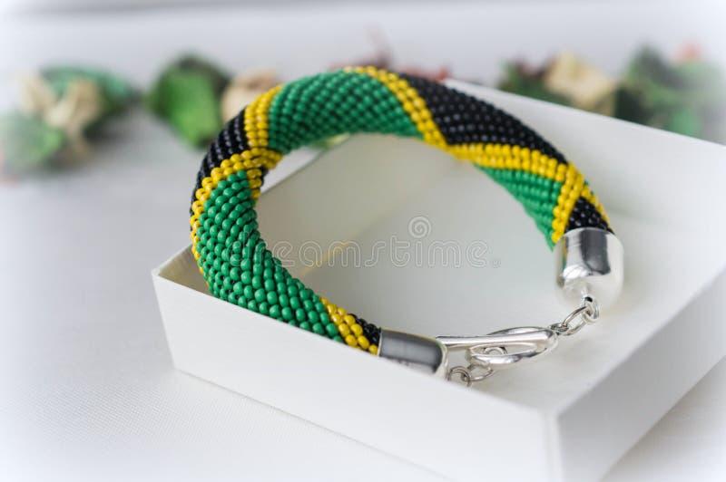 Crochet perlou o bracelete da cor verde, amarela e preta foto de stock royalty free