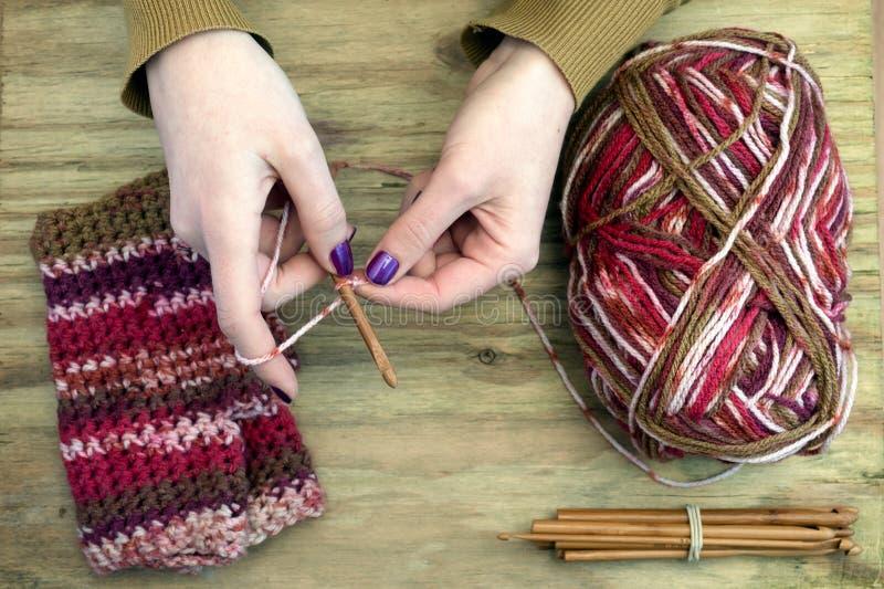 Crochet que faz malha perto acima imagens de stock royalty free