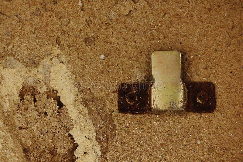 Crochet rouillé sur le vieux mur de ciment photos stock
