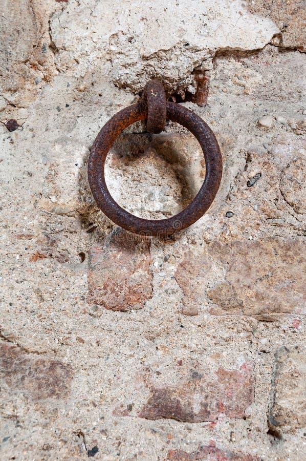 Crochet typique sur le mur d'une maison italienne antique images stock