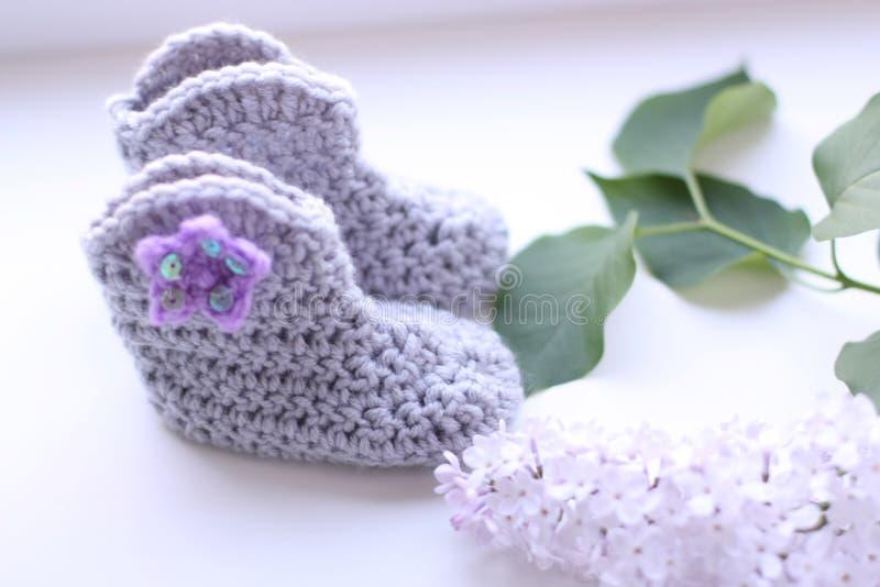 Crocheted behandla som ett barn skor med en stjärna och paljetter royaltyfria foton