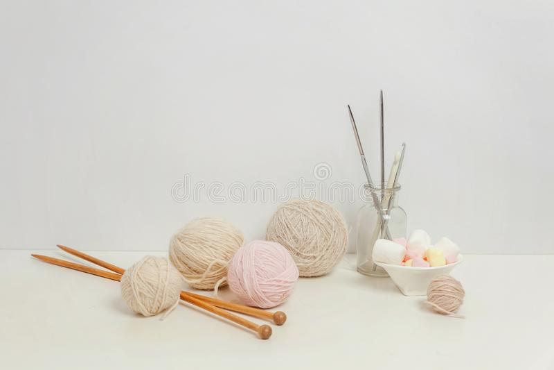 Crocheting και πλέκοντας λεσχών δημιουργικός χώρος εργασίας ραπτικής στοκ εικόνες με δικαίωμα ελεύθερης χρήσης