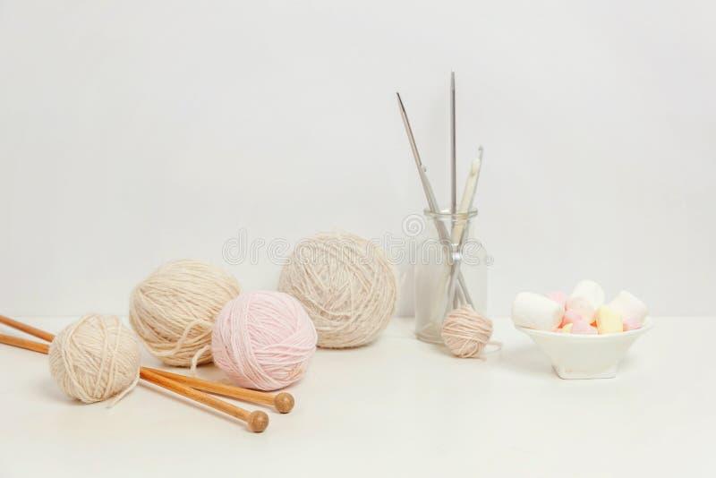 Crocheting και πλέκοντας λεσχών δημιουργικός χώρος εργασίας ραπτικής στοκ εικόνες