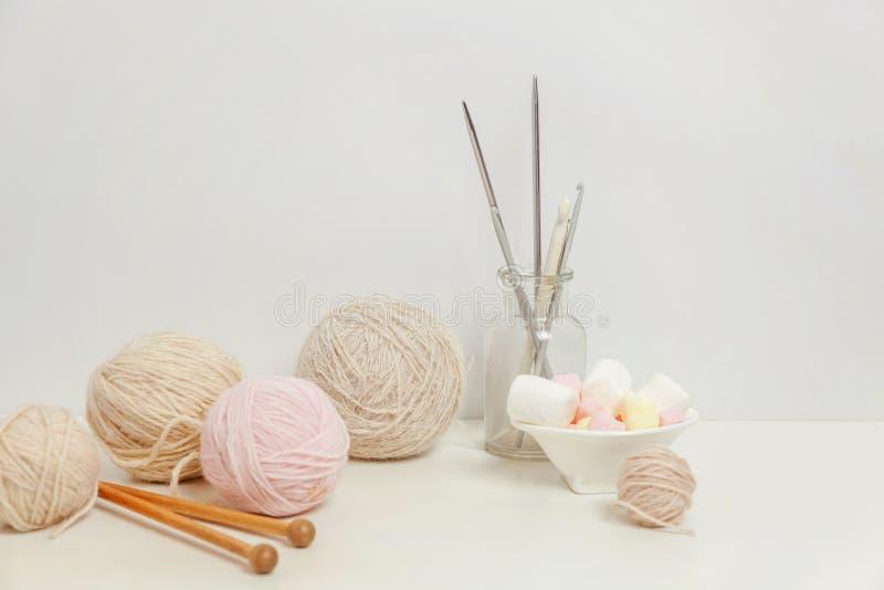 Crocheting και πλέκοντας λεσχών δημιουργικός χώρος εργασίας ραπτικής στοκ εικόνα