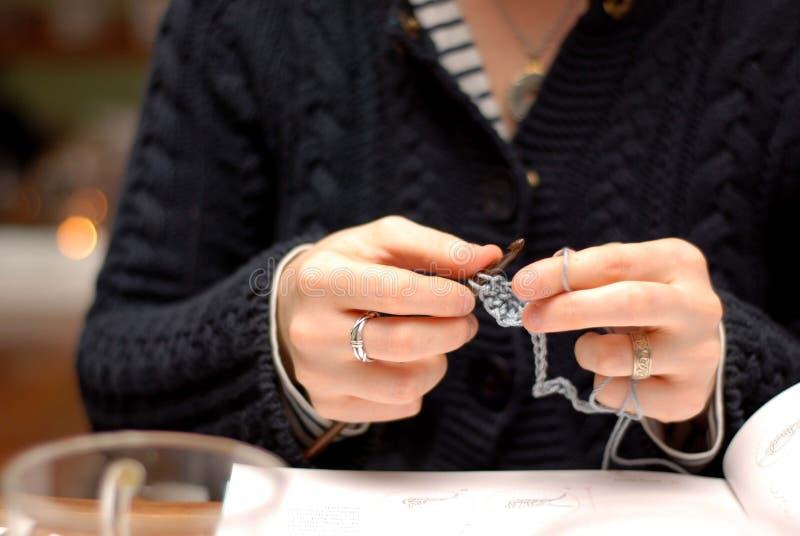 Crocheting das mãos imagens de stock royalty free