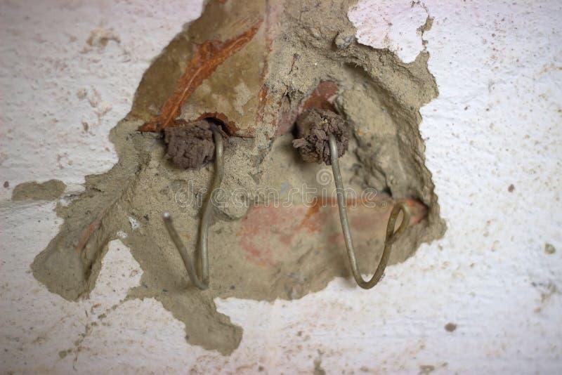 crochets en métal dans le mur photographie stock libre de droits