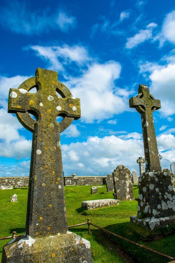 Croci celtiche sul cimitero a roccia di Cashel in Irlanda fotografie stock
