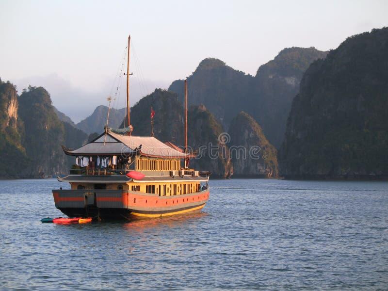 Crociera della roba di rifiuto sulla baia di Halong, Vietnam immagini stock libere da diritti