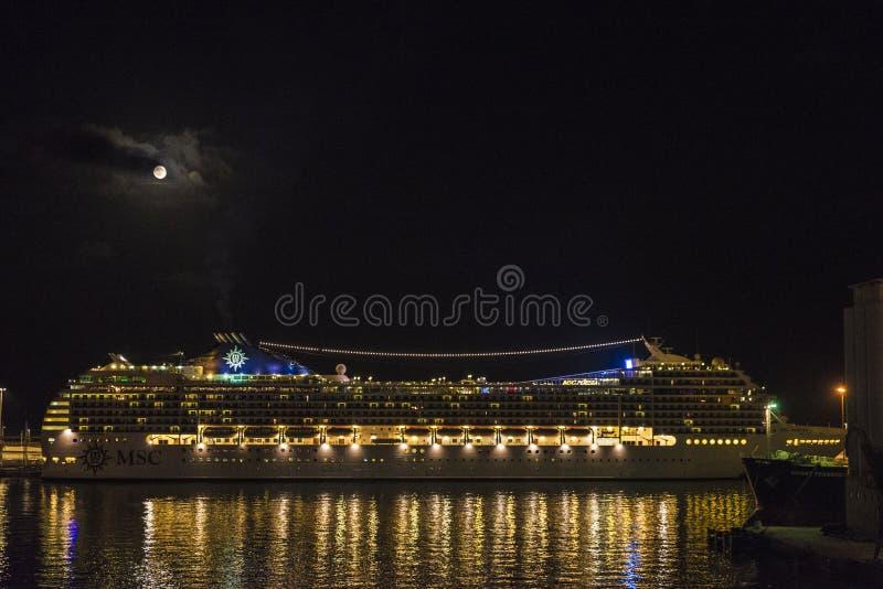 Crociera su una notte della luna piena, Barcellona immagine stock libera da diritti