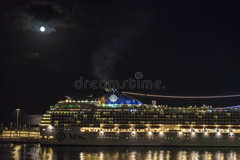 Crociera su una notte della luna piena, Barcellona fotografie stock libere da diritti