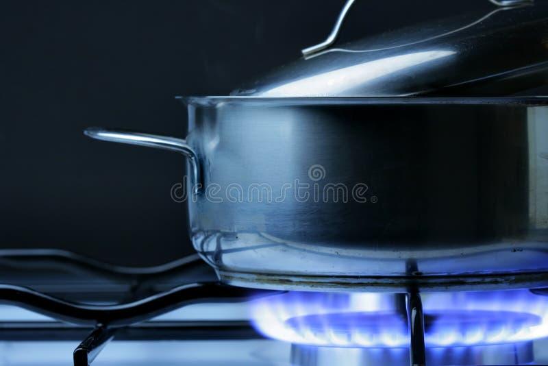Crock no fogão de gás fotos de stock royalty free