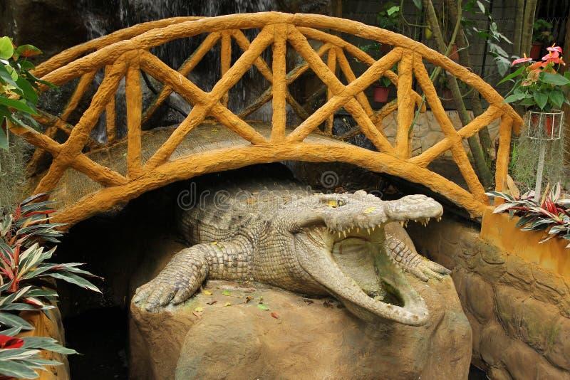 Crocodilo de pedra sob a ponte fotos de stock royalty free