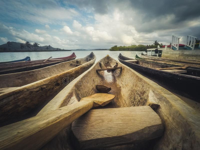 Crogioli di legno di canoa, primo piano di legno tradizionale della barca - fotografia stock