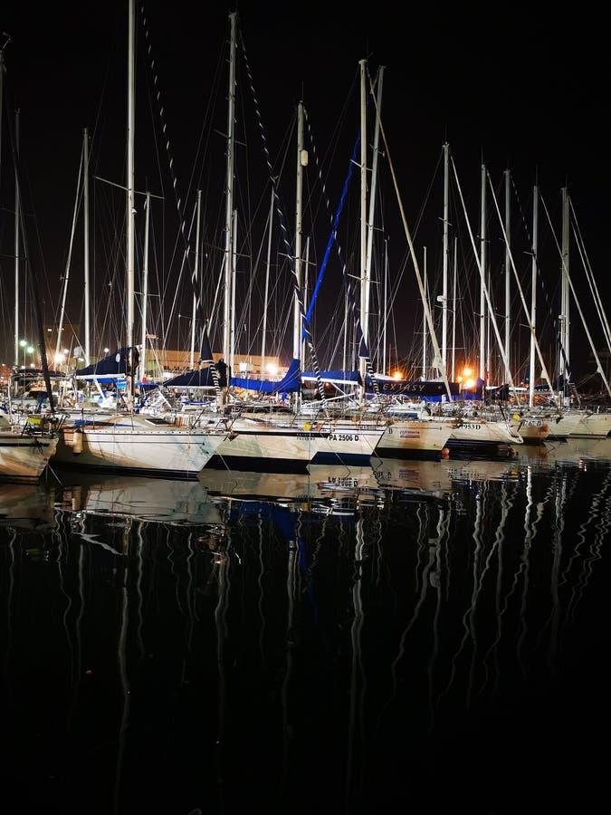 Crogioli di yacht delle vele nel porto di Palermo, Italia immagine stock