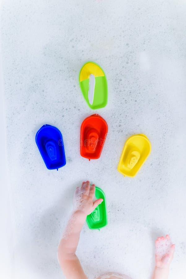 Crogioli multicolori di plastica di giocattolo sulla bagnoschiuma immagini stock libere da diritti