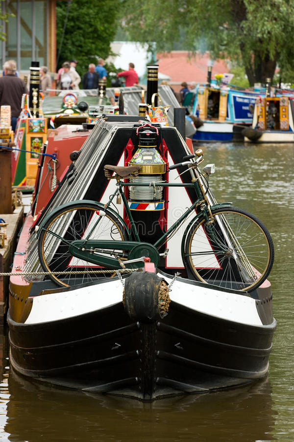Crogiolo di canale con la bicicletta fotografia stock