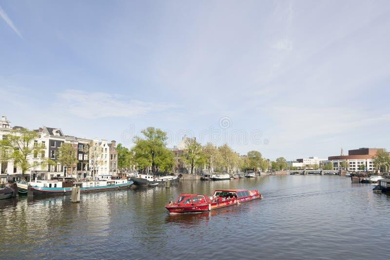 Crogiolo di canale sul amstel del fiume a Amsterdam immagini stock