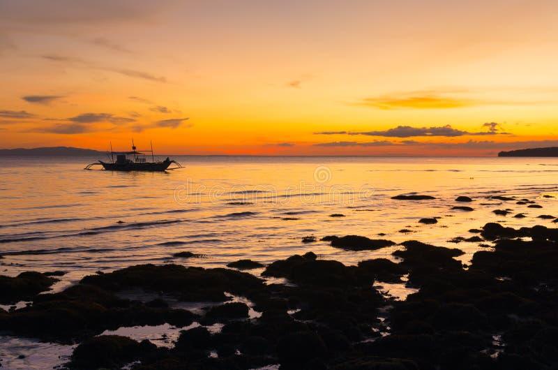 Crogiolo di intelaiatura di base della gru durante il tramonto fotografia stock libera da diritti