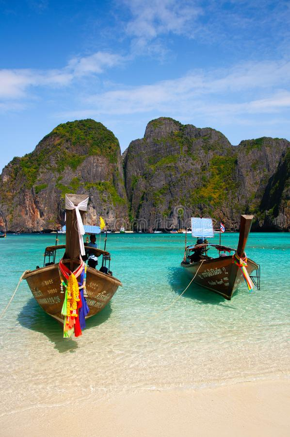 Crogiolo di legno tailandese di coda lunga sull'isola e sul tur bianchi di Phi Phi della spiaggia fotografia stock libera da diritti