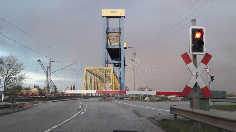 Crogiolo di pioggia dell'arcobaleno del ponte di Amburgo fotografia stock libera da diritti