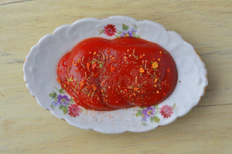 Crogiolo di sugo della porcellana (piatto della salsa) con l'ornamento floreale fotografia stock