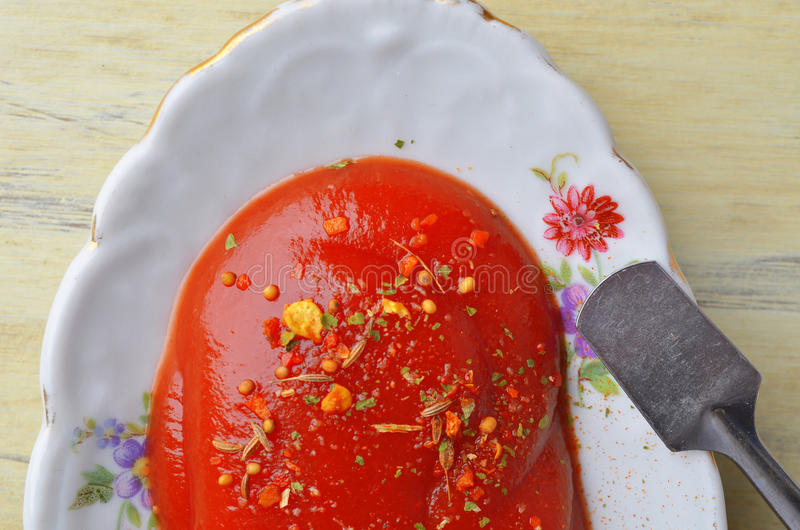 Crogiolo di sugo della porcellana (piatto della salsa) con l'ornamento floreale immagine stock