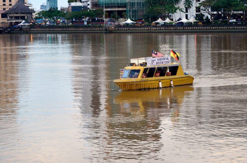 Crogiolo di taxi del fiume di Sarawak sul fiume nella città di Kuching fotografia stock libera da diritti
