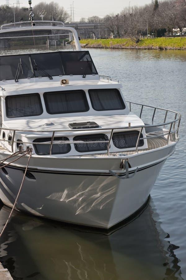 Crogiolo di yacht ancorato sul fiume fotografie stock libere da diritti
