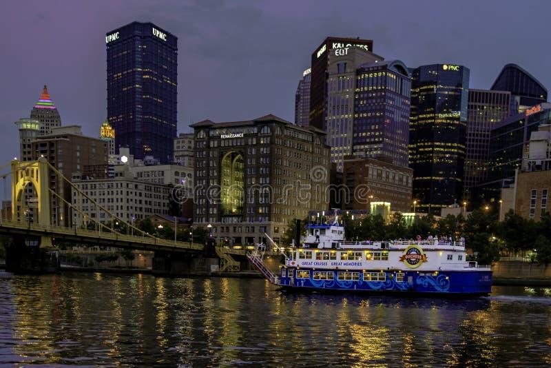 Croisant la rivière d'Allegheny après l'horizon de Pittsburgh photo libre de droits