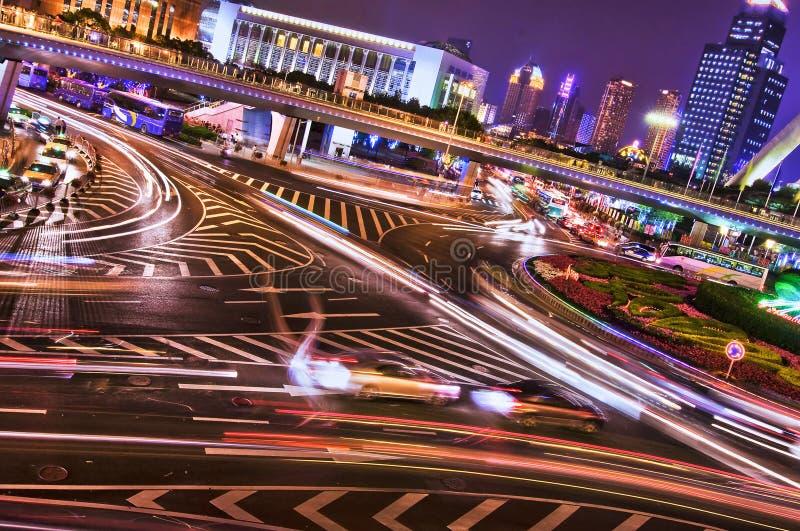 Croisant par nuit, Changhaï image stock